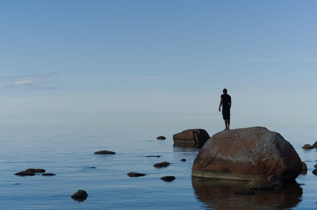 Migrante guarda il mare