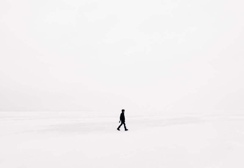 uomo nel bianco