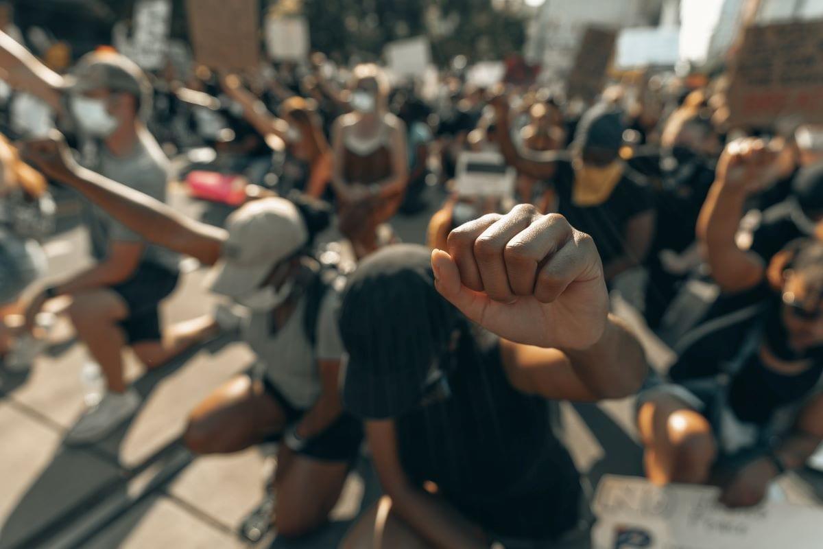 persone protestando