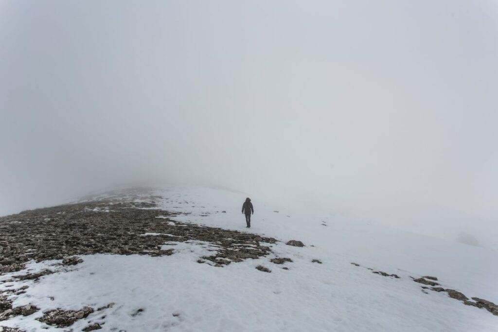 uomo nella neve