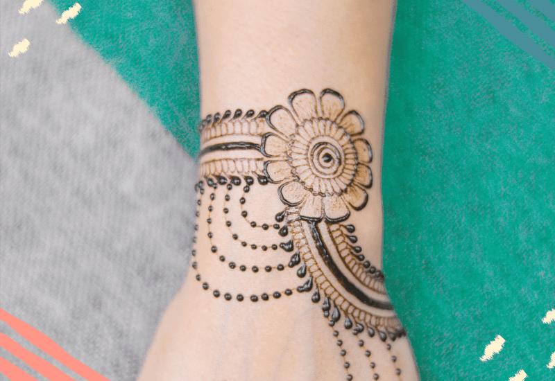 Mano con Tatuaggio Pakistano