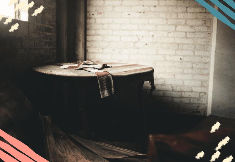Tavolo vuoto in stanza