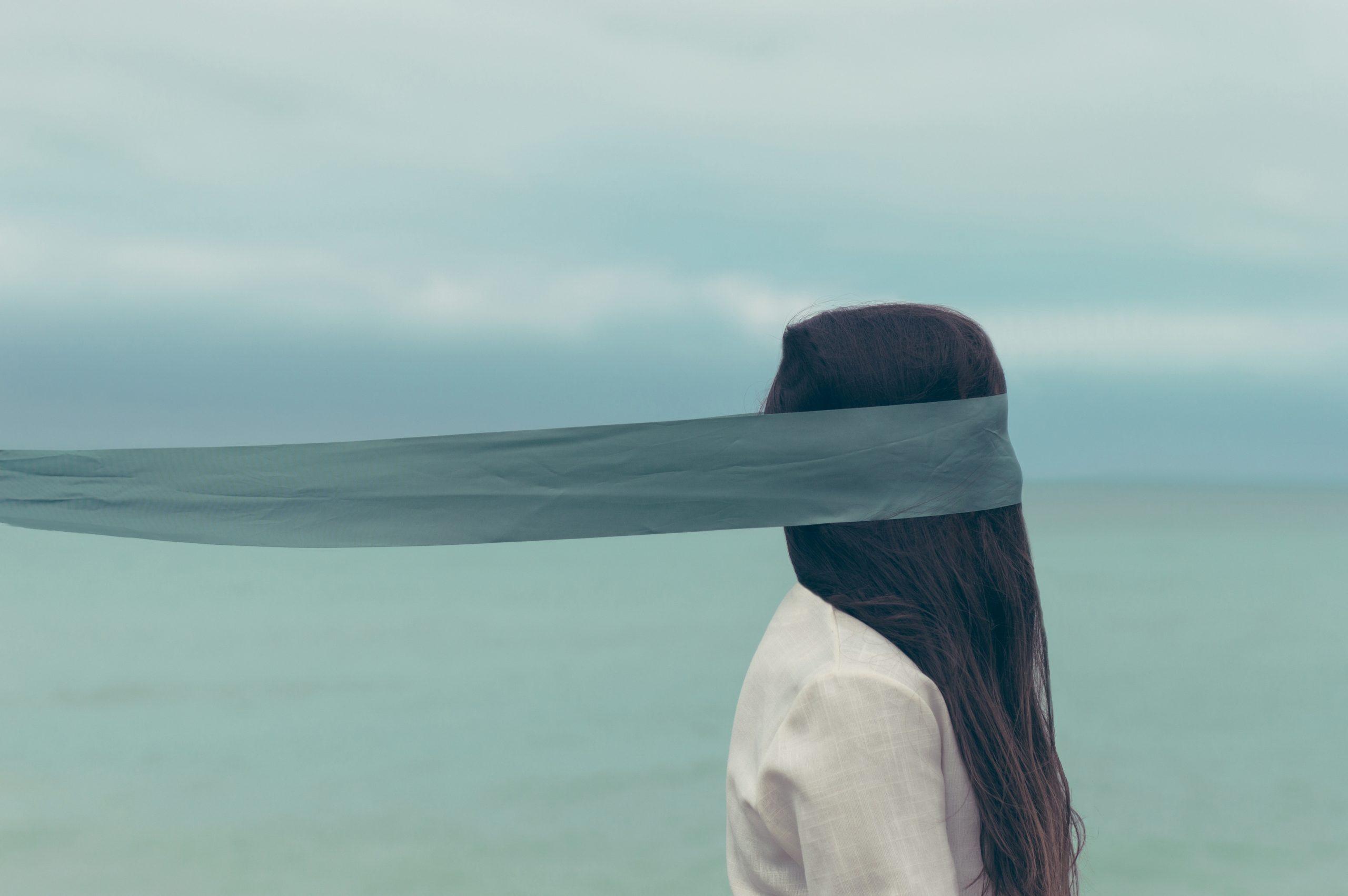 Donna in fronte al mare